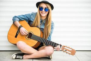 tjej med gitarr