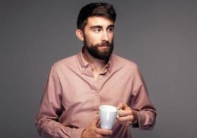 stilig ung man med kopp kaffe. foto