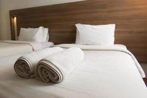närbild av en hotellsäng med handdukar foto