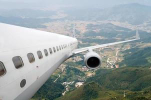 stora flygplan på himlen foto
