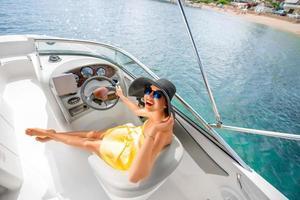 kvinna kör yacht foto