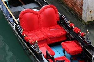 traditionella venice gondoler väntar på en romantisk tur foto