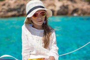 porträtt av flicka som tycker om att segla på båt i öppet hav foto