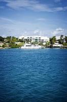 yacht framför hus foto