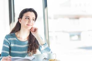 söt sudent på caféet foto