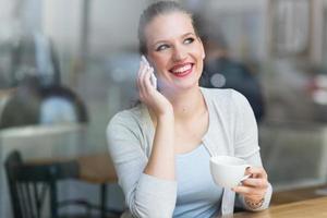 kvinna som dricker kaffe på caféet foto