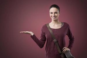leende kvinna som visar något med handen foto