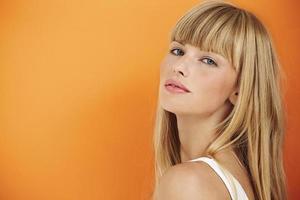 fantastisk ung kvinna på orange foto