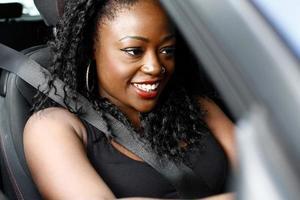 attraktiv afrikansk kvinna som kör sin bil foto