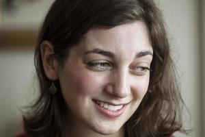 ung kvinna med vackra gröna ögon foto
