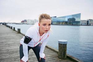 ung kvinna vilar efter jogging foto