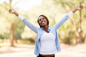 afrikansk kvinna med utsträckta armar foto