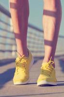 urban jogger på bron foto