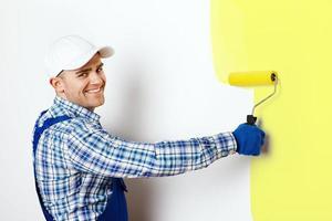 målare som målar en vägg foto