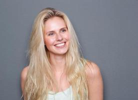 porträtt av en sorglös ung blond kvinna foto