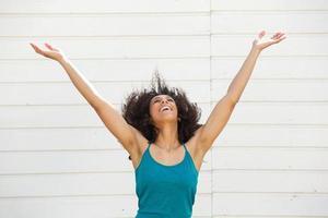 ung kvinna med utsträckta armar foto