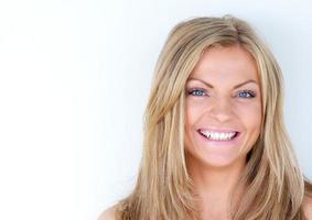 porträtt av en vacker blond kvinna skrattar foto