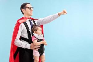 stolt far som bär sin dotter