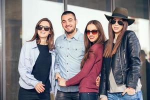 grupp glada tonårsvänner som har kul foto