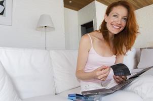 kvinna som läser kompakt skivbroschyr