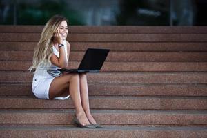 ung attraktiv affärskvinna med en anteckningsbok foto