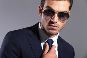 elegant affärsman som bär solglasögon foto