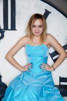 ung vacker kvinna i blå bröllopsklänning foto