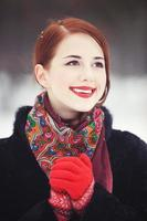 vackra rödhåriga kvinnor med i vinterparken. foto