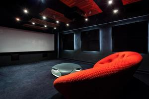 bekväm röd soffa i interiören foto