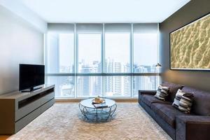 vardagsrum med stort fönster foto