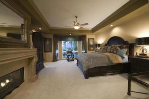 sovrum med mörka trämöbler foto