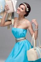 flicka i blå aftonklänning foto