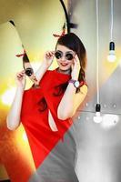 flickan i en röd klänning foto