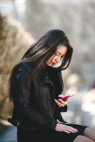 glamorös ung kvinna i svart skinnjacka foto