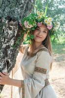 vacker kvinna med blomma krans foto