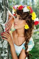 attraktiv kvinna med blomma krans foto