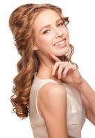 kvinna med vacker frisyr foto