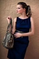 kvinna med handväska foto