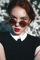 vacker flicka med lockigt rödhår