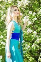 porträtt av en vacker ung blond kvinna foto