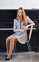 ung vacker kvinna i stickad klänning foto
