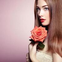 porträtt av vacker mörkhårig kvinna med blommor foto