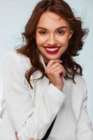 vacker kvinna ler foto