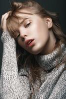 porträtt av en ung flicka i tröjestudio