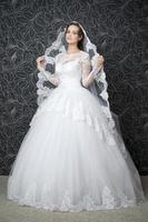vacker kvinna i vit bröllopsklänning foto