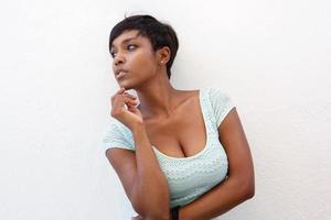 elegant svart kvinna poserar mot vit bakgrund foto
