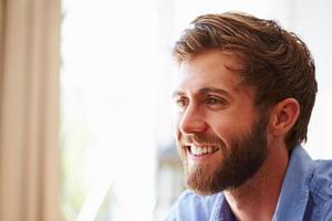 porträtt av en ung man som ler foto