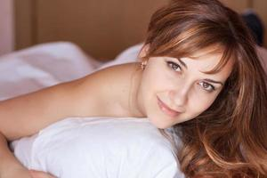 närbild porträtt av en vacker ung dam. foto