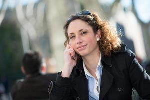 vacker ung kvinna som har en drink på en caféterrass foto