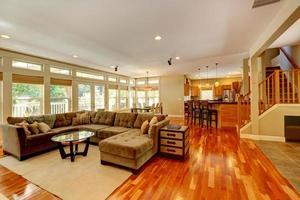 lyxigt vardagsrum med fin soffuppsättning foto